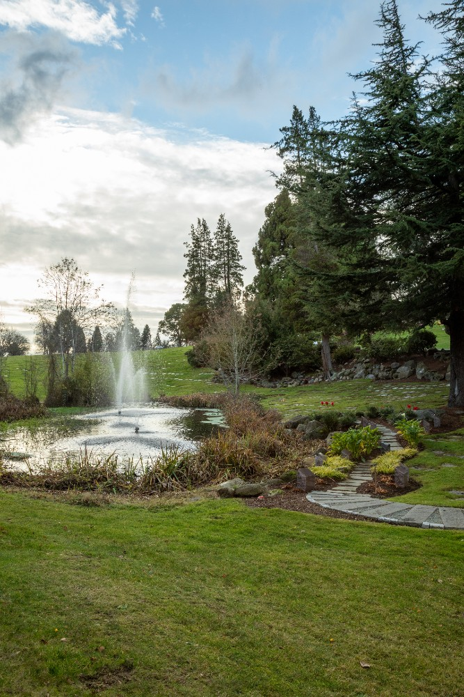Large fountain and manicured gardening in Lakeside Cremation Garden